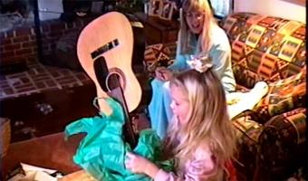 Тейлор Свифт показала себя маленькую в новом клипе