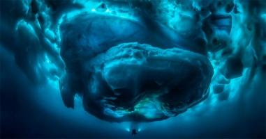 Немецкий дайвер сфотографировал подводную сторону айсберга