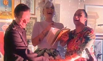 Видео: Адель поженила подругу и спела на её свадьбе