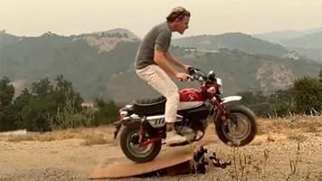 Пролетая над Оби-Ваном Кеноби: Юэн Макгрегор исполнил трюк на мотоцикле
